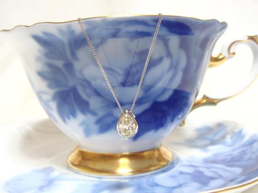 涙型(ペアシェイプカット)ダイヤモンドペンダント