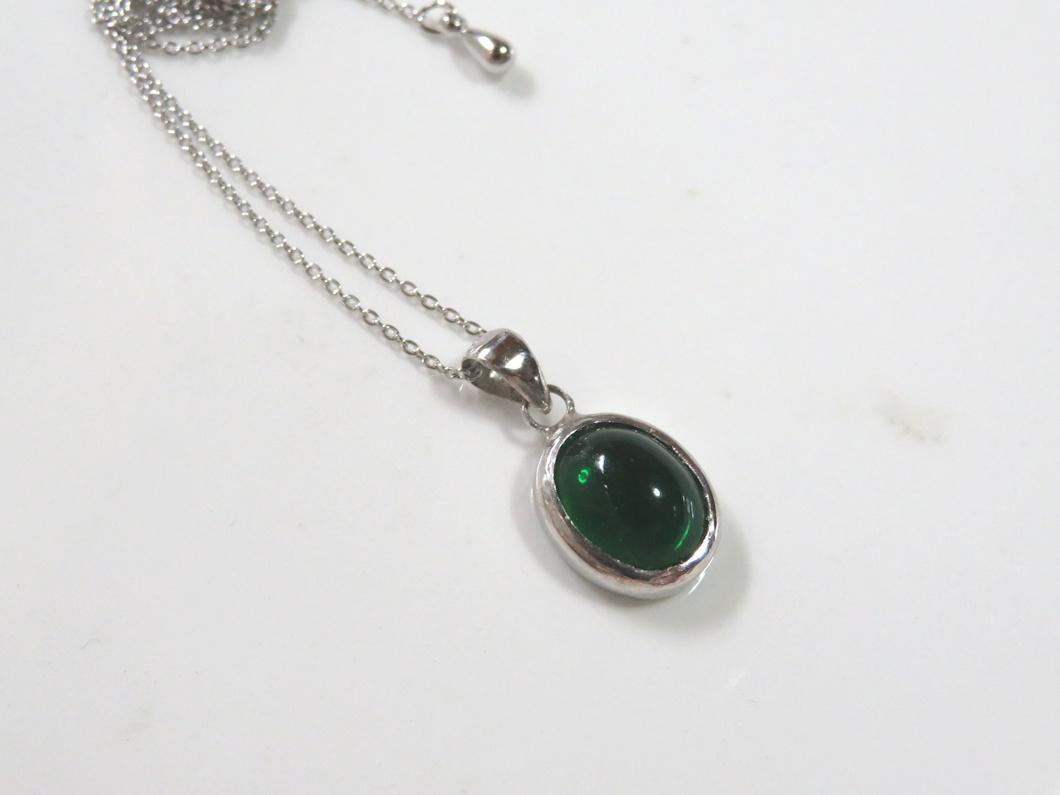 緑色石ペンダント